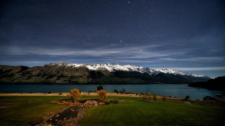 Тихая ночь на озере Вакатипу в Новой Зеландии